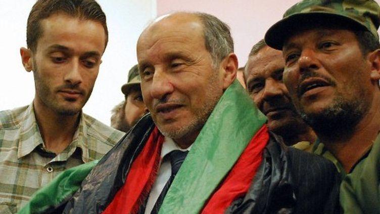 Moustapha Abdeljalil entouré de militants du CNT, le 24 octobre 2011. (ABDULLAH DOMA / AFP)