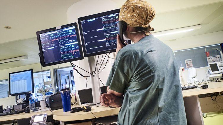 Une soignante dans une unité de soins intensifs à Paris, le 6 mai 2021. (ANTONIN BURAT / HANS LUCAS / AFP)