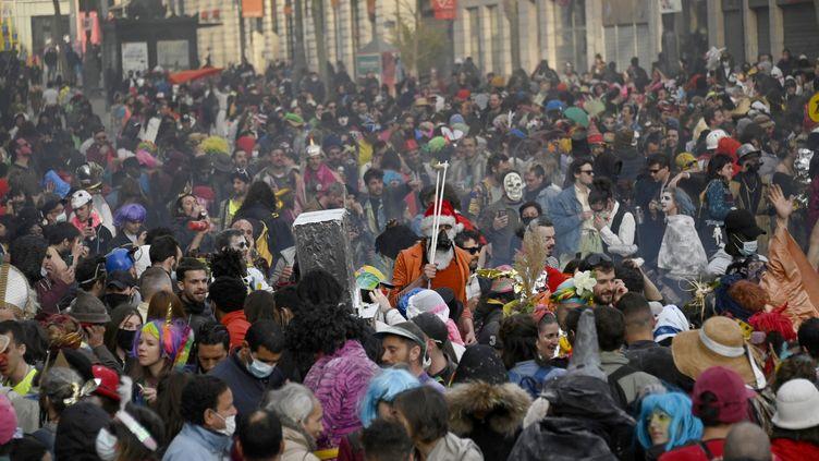 Des milliers de personnes ont participé à un carnaval sur la Canebière, à Marseille, le 21 mars 2021. (CHRISTOPHE SIMON / AFP)
