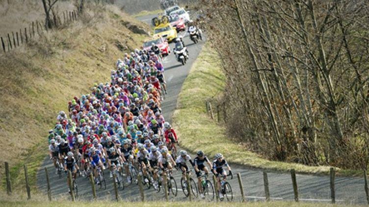 Le peloton du Tour assure le tempo derrière les échappés (LIONEL BONAVENTURE / AFP)