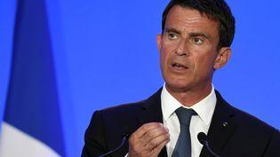 Le Premier ministre Manuel Valls s'exprime lors d'une visite à l'école de gendarmerie de Richemont, à Montluçon (Allier), le 11 août 2016. (PHILIPPE DESMAZES / AFP)