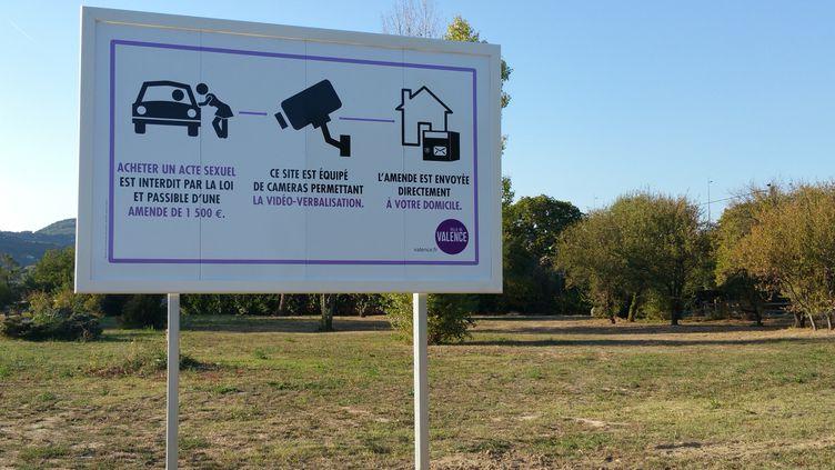 Les panneaux sont installés auxentrées de la base de loisirs de l'Epervière car la prostitution dans le parc fait l'objet de nombreuses plaintes. (SUZANNE SHOJAEI / RADIO FRANCE)