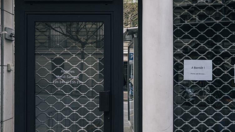 Un magasin fermé en raison du confinement généralise, le 29 mars 2020, à Issy-les-Moulineaux (Hauts-de-Seine). (SANDRINE MULAS / HANS LUCAS / AFP)