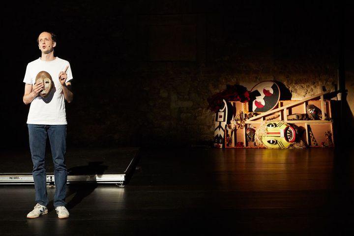 """Oscar Van Rompay dans """"Histoire du théâtre II"""" deFaustin Linyekul au Festival d'Avignon 2019. (© Christophe Raynaud de Lage)"""