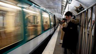 Des usagersde la RATP, le 13 mars 2018, à Paris. (DAVID SEYER / AFP)