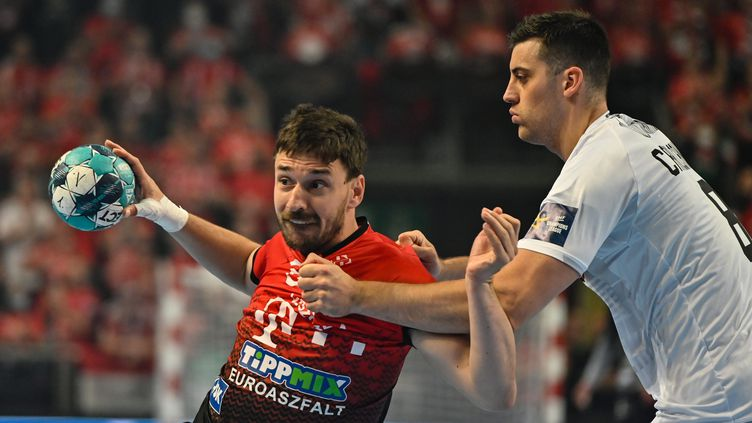Alexandre Cavalcanti(Nantes)en défensesurMate Lekai (Veszprem) lors du quart de finale de la Ligue des champions, le 20 mai 2021. (MAXPPP)