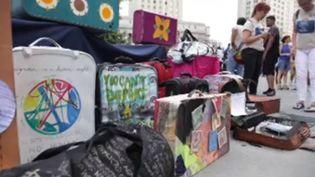 Des valises sont entreposées à New York pour sensibiliser au sort des immigrés. (FRANCEINFO)