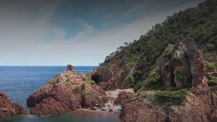 En bord de mer, une plage offre un spectacle à couper le souffle.Direction la côte d'Azur, loin de la foule habituelle, à la plage de l'Aiguille, àThéoule-sur-mer, dans lesAlpes-Maritimes. (FRANCE 2)