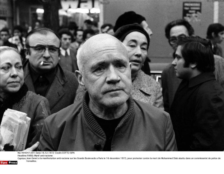 L'écrivain, poète et dramaturge Jean Genet a la manifestation anti-racisme sur les Grands Boulevards a Paris le 16 decembre 1972, pour protester contre la mort de Mohammed Diab abattu dans un commissariat de police de Versailles. (COTTE XYZ / SIPA)