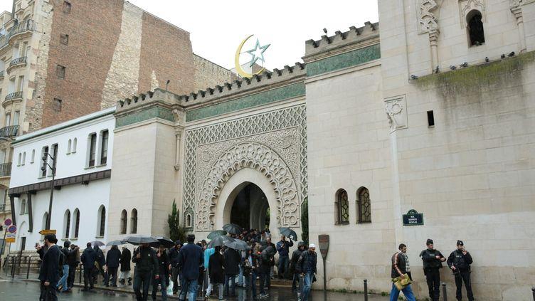 Des fidèles se rendent à la mosquée de Paris pour une prière solennelle en hommage aux victimes des attentats parisiens, vendredi 20 novembre 2015. (MAXPPP)