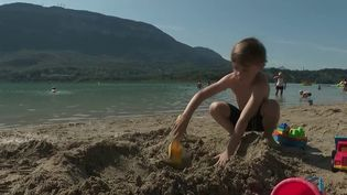 Savoie : les touristes profitent du retour du soleil au lac d'Aiguebelette (France 2)