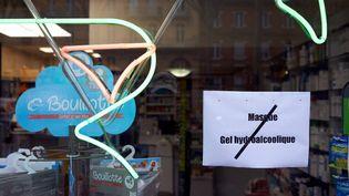 Une devanture de pharmacie en rupture de masques et de gel hydroalcoolique, le 5 mars 2020 à Toulouse. (ALAIN PITTON / NURPHOTO / AFP)
