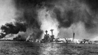 La flotte américaine de Pearl Harbor en flammes après les bombardements de l'armée japonaise. (STF / AFP)