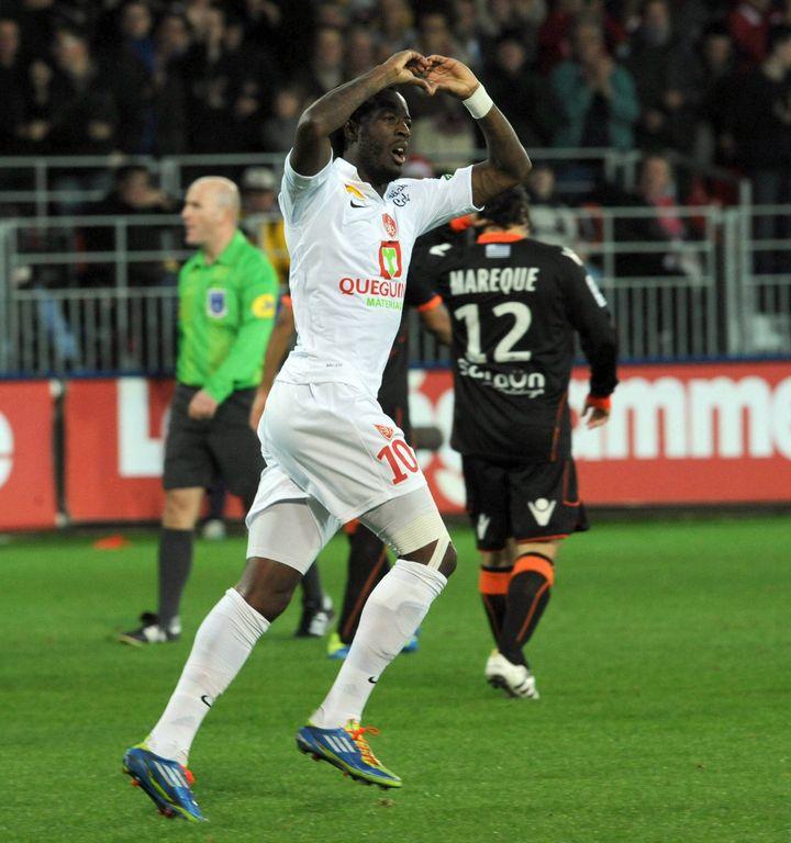 La joie du buteur brestois Larsène Touré, après avoir ouvert le score contre Lorient, le 29 octobre 2011 dans le cadre de la 12e journée de Ligue 1. (Vincent Mouchel / MAXPPP)