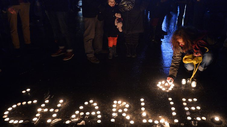 Charlie écrit en bougies allumées, à Strasbourg. (PATRICK HERTZOG / AFP)
