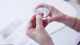 Le médicament produit par imprimante 3D que la FDA américaine vient d'autoriser est un comprimé soluble qui permet de traiter l'épilepsie (photo d'illustration). (B. BOISSONNET / BSIP / AFP)