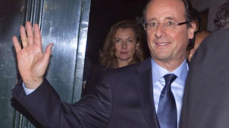 Valérie  Trierweiler derrière François Hollande (17 octobre 2011) (JOEL SAGET/AFP)