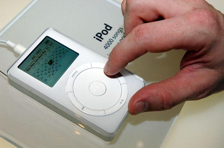 Un iPod d'Apple de 2e génération montré lors de l'exposition Macworld à New York (Etats-Unis), le 17 juillet 2002. (CHIP EAST / REUTERS)