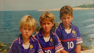 Les frères Kylian, Thorgan et Eden Hazard (à droite) avec le maillot de Zinédine Zidane, pendant leurs vacances. (CAPTURE D'ECRAN TWITTER)