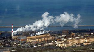 Comme ici à Dunkerque (Nord), ArcelorMittal a choisi de fermer ses hauts-fourneaux lorrains de Florange pour concentrer sa production à proximité immédiate de ports maritimes. (MAXPPP)