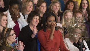 Michelle Obama fait une pause pour contrôler ses émotions, alors qu'elle prononce son dernier discours de première dame à la Maison Blanche, le 6 janvier 2017. (CHRIS KLEPONIS / AFP)