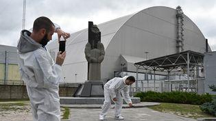 Nouveau dôme métallique recouvrant le réacteur détruit, à l'usine de Tchernobyl, en Ukraine, le 15 août 2019. (GENYA SAVILOV / AFP)