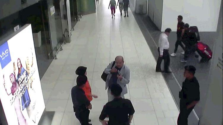 Capture d'écran de la vidéo diffusée parFuji Televisionmontrant Kim Jong Nam dans le hall de l'aéroport deKuala Lumpur (Malaysia), costume clair, le 13 février 2017 (AP / SIPA)