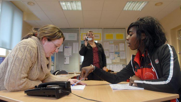 Coachingpour les 16-25 ans, expérimenté à Dreux(Eure-et-Loir)avec l'aide d'un réseau d'entreprises -8 Janvier 2008 à la Mission locale de Dreux. (ALAIN JOCARD / AFP)