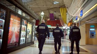 Des policiers patrouillent le 23 novembre 2009 dans le centre commercial Bobigny 2, en Seine-Saint-Denis, où les effectifs ont été renforcés après plusieurs braquages. (OLIVIER LABAN-MATTEI / AFP)