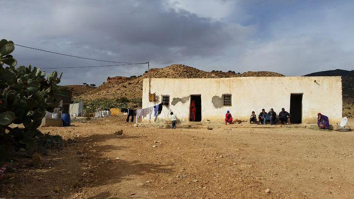(La famille Soltani vit dans la peur depuis qu'un de ses enfants, Mabrouk 15 ans, a été décapité par des terroristes dans la montagne. © Mathilde Lemaire/Radio France)