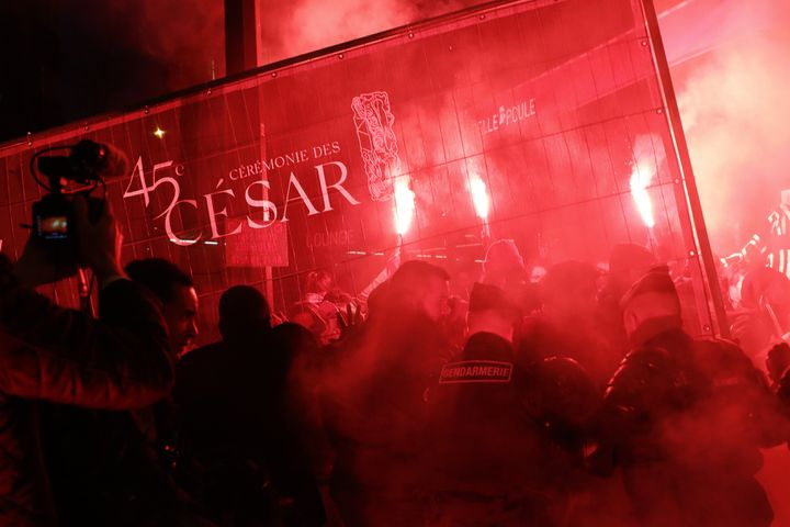 Manifestation aux abords de la salle Pleyel, à Paris, où se tient la 45e cérémonie des César, le 28 février 2020. (THOMAS SAMSON / AFP)