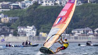 Charline Picon lors de la 12e manche de l'épreuve de voile RS:X lors des Jeux olympiques de Tokyo, le 29 juillet 2021. (AGENCE KMSP / KMSP)