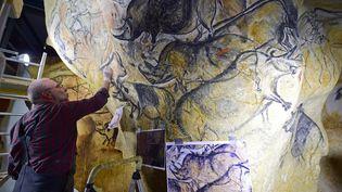 Ingénieurs, sculpteurs, peintres ou paléontologues sont à l'oeuvre pour achever la copie fidèle de la grotte Chauvet. Une prouesse à la croisée des sciences et de l'art qui permettra au public de découvrir les richesses de ce site préhistorique unique au monde sans altérer l'original. (ERIC CABANIS / AFP)