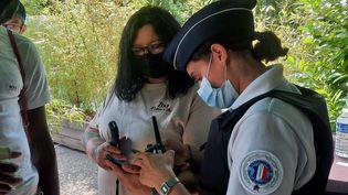 Au zoo d'Amnéville, en Moselle, des policiers vérifient que les pass sanitaires des visiteurs sont bien contrôlés, ce jeudi 22 juillet. (CLÉMENCE GOURDON NEGRINI / RADIO FRANCE)
