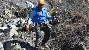 Gendarmes et enquêteurs sur le site du crash de l'Airbus A320, dans les Alpes-de-Haute-Provence, le 27 mars 2015. (MINISTERE DE L'INTERIEUR / SIPA)