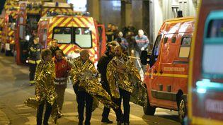 Des rescapés sont évacués du Bataclan aprèsl'attentat, vendredi 13 novembre 2015 à Paris. (MIGUEL MEDINA / AFP)