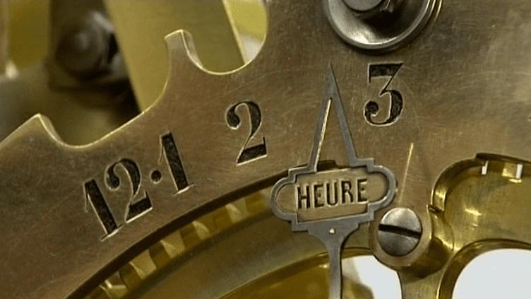 600 heures de travail ont été nécessaires à la restauration de l'Horloge des Heures du Monde.  (France 3)