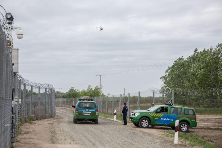 Ce mur est construitsur le tracé de la frontière serbe, parallèlement aux barbelés mis en place en 2015. (KAMILA STEPIEN / CITIZENSIDE / AFP)