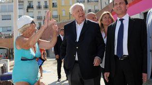 Jean-Claude Gaudin (au centre), maire UMP de Marseille, et Manuel Valls, le 20 juillet 2013, à Marseille (Bouches-du-Rhône). (ANNE-CHRISTINE POUJOULAT / AFP)