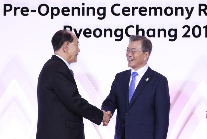 Le président nord-coréen (à gauche)Kim Yong-namet son homologue sud-coréen (à droite)Moon Jae-in, le 9 février 2018 àPyeongchang (Corée du Sud). (- / YONHAP)