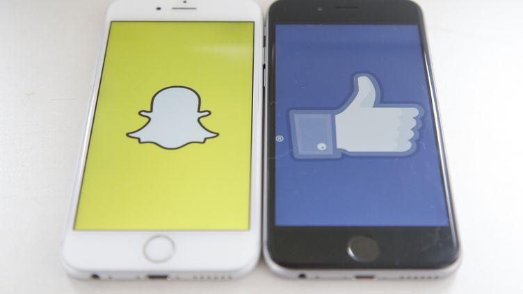 Snapchat et Twitter sur l'écran d'un iPhone, le 10 mai 2017. (JAAP ARRIENS / AFP)