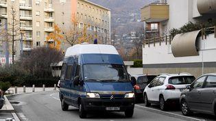 Le fourgon de la gendarmerie transporte le suspect dans l'affaire de la disparition de Maëlys à son audition, jeudi 30 novembre. (JEAN-PIERRE CLATOT / AFP)