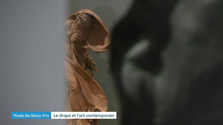 Jean-Baptiste Stouff - Femme effrayée d'un coup de tonnerre qui vient de rompre un arbre à côté d'elle, 1798 Terre cuite /Exposition Drapé au Musée des Beaux-arts de Lyon jusqu'au 8 mars 2020. (S. Adam / France Télévisions)