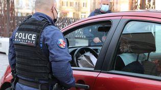 Des policiers contrôlent les attestations du couvre-feu, le 16 avril 2021, à Huningue (Haut-Rhin). (MAXPPP)