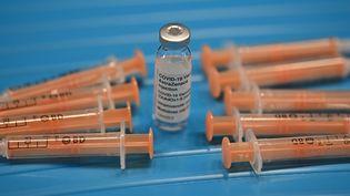 Une fiole du vaccin développé par le laboratoire AstraZeneca et l'université d'Oxford, le 26 janvier 2021, dans un centre de vaccination à Brighton (Royaume-Uni). (BEN STANSALL / AFP)