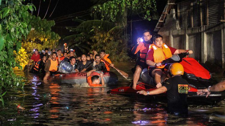 Des habitants évacués de leurs habitations à Davao, sur l'île de Mindanao (Philippines), le 23 décembre 2017. (MANMAN DEJETO / AFP)