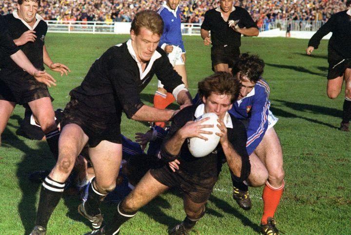 David Kirk aplatit l'essai néo-zélandais, soutenu par John Kirwan malgré le plaquage de Patrice Lagisquet