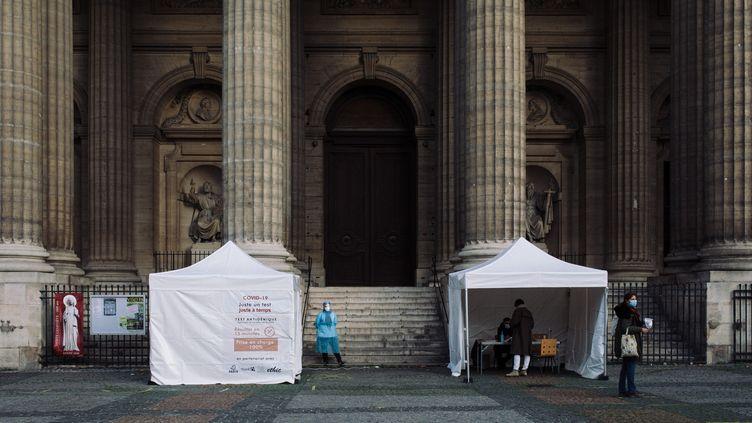 Des tentes sont installées à Paris pour le dépistage du Covid-19, en novembre 2020. (PHILIPPE LABROSSE / HANS LUCAS / AFP)