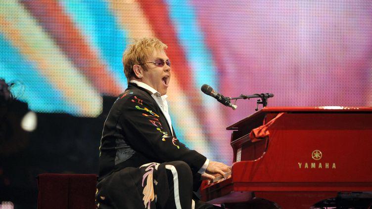 """Elton John en 2008 lors de son show """"The Red Piano"""" au PalaisOmnisport de Bercy de Paris. (BERTRAND LANGLOIS / AFP)"""