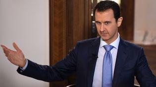 Le président syrien, Bachar Al-Assad, lors d'une interview accordée à la station néerlandaise NPO2, à Damas, la capitale de la Syrie, le 16 décembre 2015. (SANA / AFP)